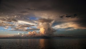 облака в море